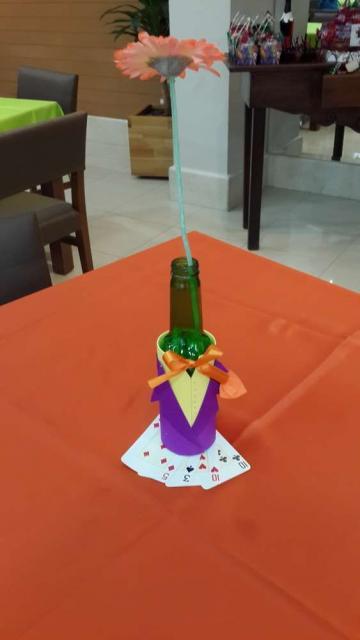 Garrafa de vidro com decoração do Coringa e usada como vaso de mesa