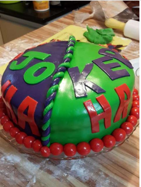 """Bolo redondo em verde e roxo com escrito """"Joker"""""""