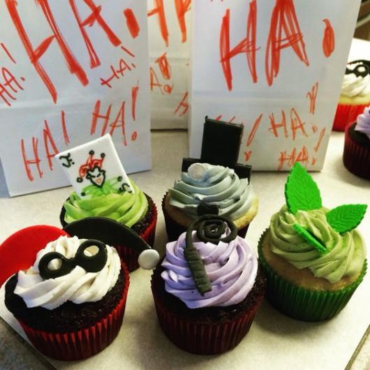 Cupcakes decorados com tema do Coringa e Arlequina