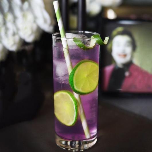 Drink roxo com limões fazendo referência ao personagem Coringa