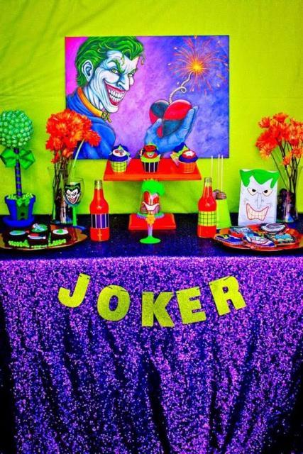 Mesa decorada com tema Coringa