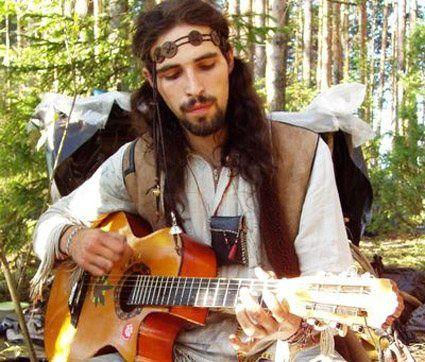 Homem no estilo hippie: cabelo longo e roupas largas
