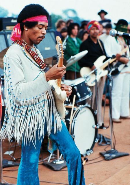 Blusa com franjas fazem parte do universo hippie