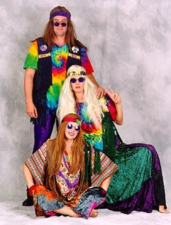 Sobreposição de peças e estampas fazem parte do universo hippie