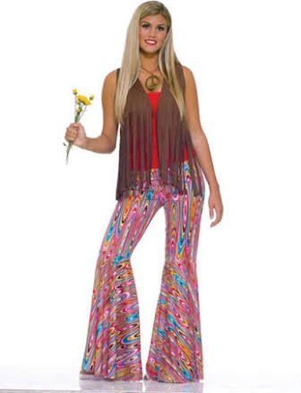 Colete de franjas e calça de boca de sino compõem o look hippie