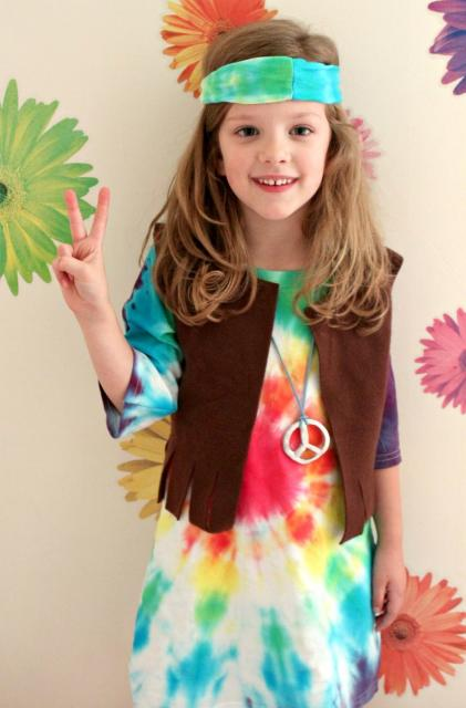 Fantasia hippie infantil com camiseta tie-dye