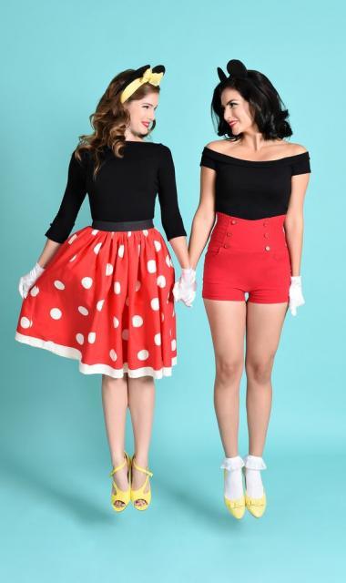duas fantasias da Minnie, uma de saia e blusa e outra de shorts