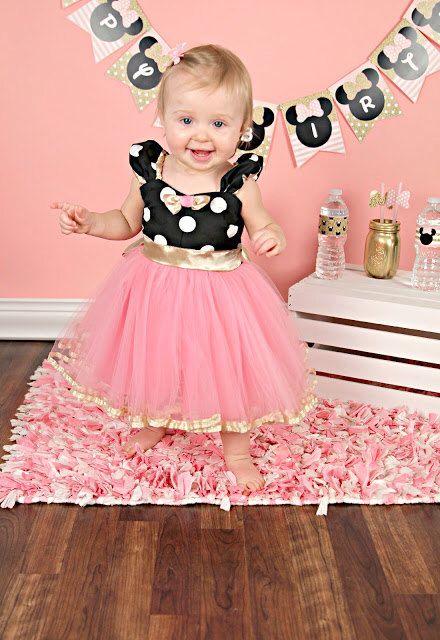 fantasia da Minnie infantil de vestido rosa com detalhes em preto e dourado