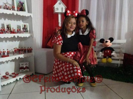 fantasia da Minnie para mãe e filha de vestido vermelho