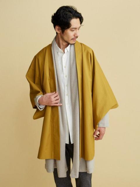 homem com kimono na cor mostarda