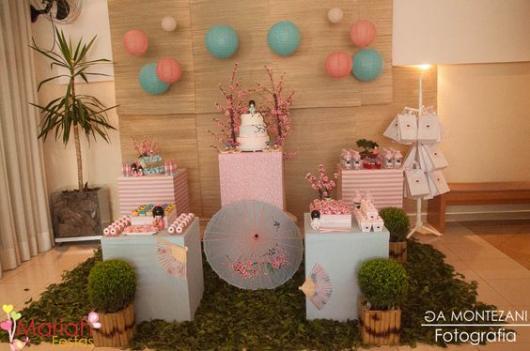 decoração japonesa em rosa e azul claros com balões e sombrinhas