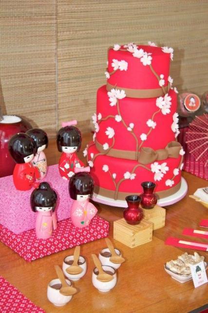 bolo vermelho decorado com flores japonesas