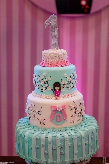 bolo rosa e azul claros com decoração de flores japonesas