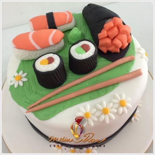 bolo decorado com sushi e outras comidas japonesas