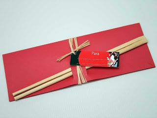 convite com envelope vermelho e hashi