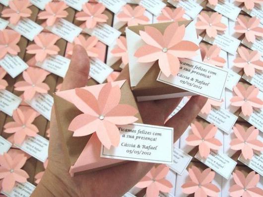 caixinha de papelão decorada com flor de papel