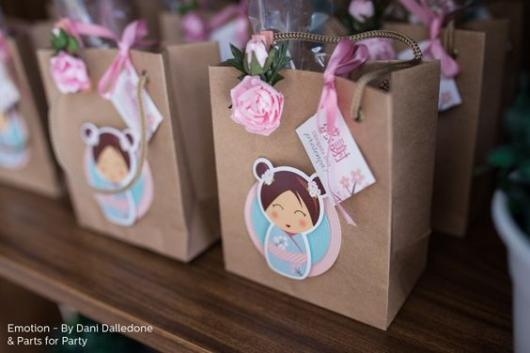 sacolinhas com flor rosa dentro