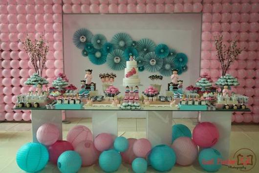 mesa decorada de festa japonesa em azul e rosa com painel de balões atrás
