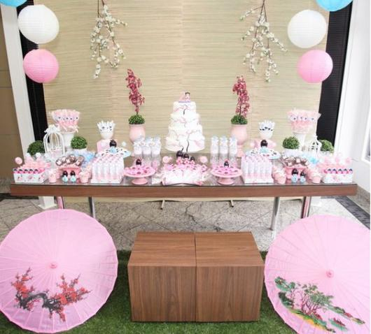mesa decorada de doces em rosa claro de festa japonesa
