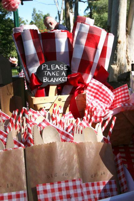 sacola com mantinhas em festa piquenique