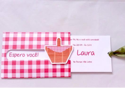 convite com envelope de xadrez vermelho e branco de festa piquenique