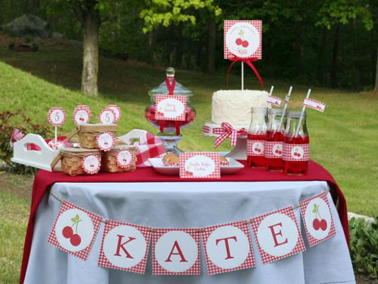 mesa decorada de branco e vermelho em festa piquenique