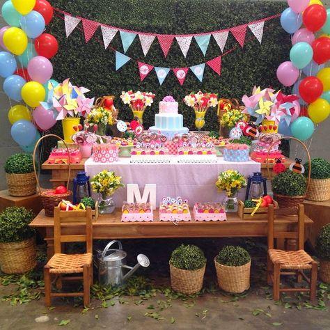 mesa de madeira escura decorada em rosa para festa piquenique