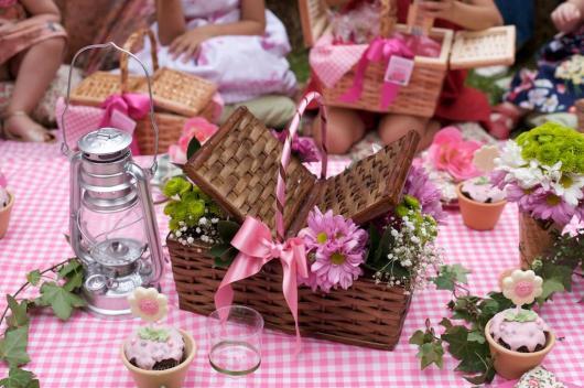 cesta marrom de piquenique com flores