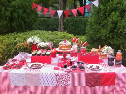 mesa decorada em rosa e vermelho para festa piquenique