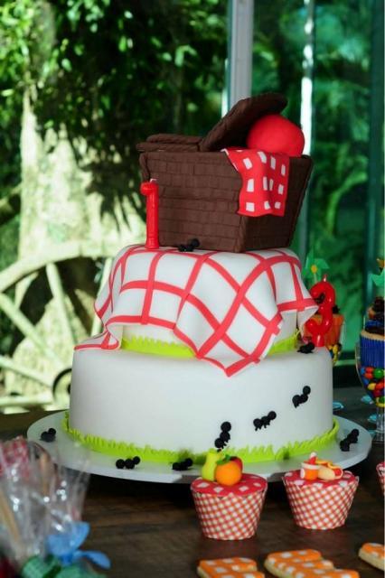 bolo de pasta americana decorado com tema piquenique