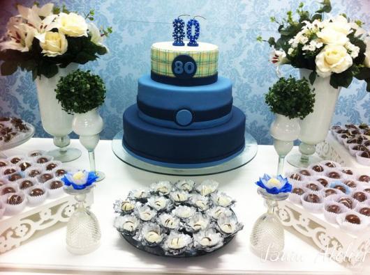 mesa decorada em azul e branco de festa de 80 anos