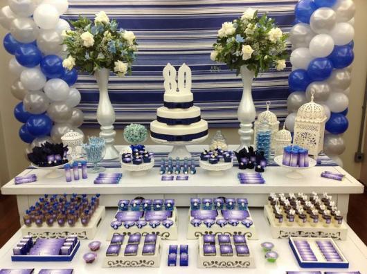 mesa decorada em azul de festa de 80 anos