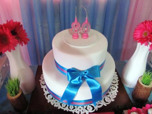 bolo branco com laço azul de festa de 80 anos