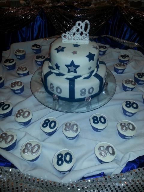 bolo branco com estrelas em azul e prateado de festa de 80 anos