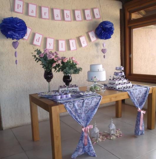 mesa decorada de festa de 80 anos em azul