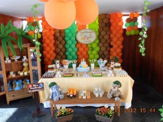 parede de balões com tons de laranja, verde e marrom