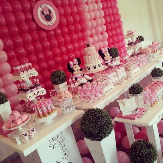 parede de balões rosa com quadro da Minnie no meio
