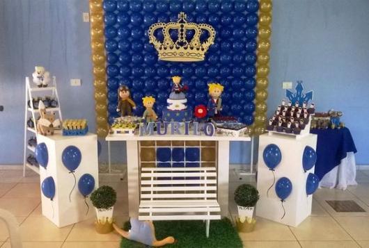 parede de balões azuis com coroa dourado no meio