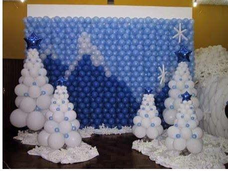 parede de balões com cenário de montanhas e árvores com neve de bexigas na frente