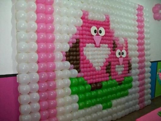 parede de balões com desenho de passarinhos rosas