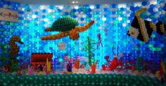 parede de balões azuis que imita oceano