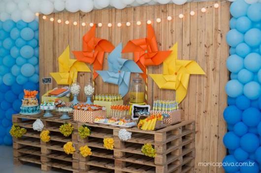 parede de balões azuis ao redor de painel de madeira