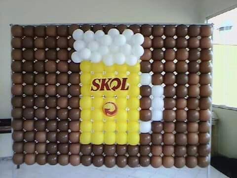 parede de balões com desenho de Skol