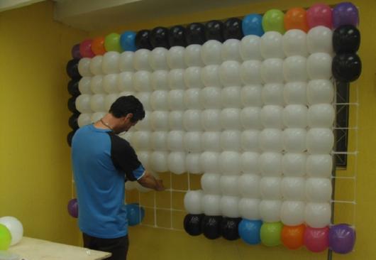 parede de balões sendo montada