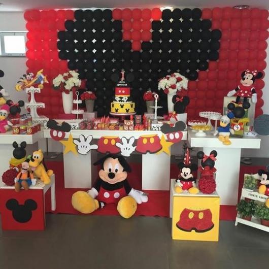 parede de balões com o desenho do Mickey