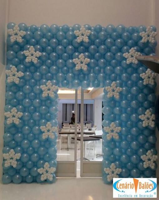 parede de balões com flocos de neve ao redor da porta
