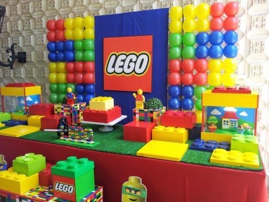 parede de balões colorida com tema do Lego