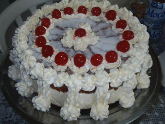 bolo decorado com cerejas
