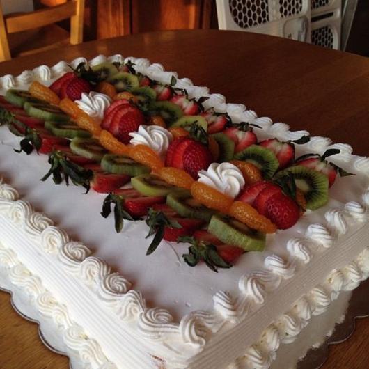 bolo quadrado com frutas