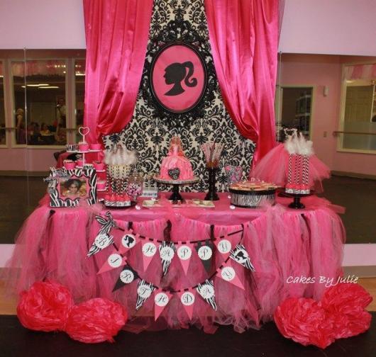 Mesa decorada com detalhes cor de rosa.